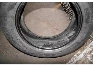 Мелкая «стружка» внутри шины – это осыпавшийся  вследствие неправильной эксплуатации герметизирующий слой.