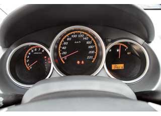 Оптитронные приборы с подсветкой (после 2004 года) заметно «оживляют» щиток при включении зажигания. Эта опция – редкость для моделей В-класса.
