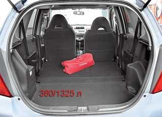 Еще одно достоинство Jazz – один из наибольших в классе багажников. Его объем – 380/1325л против, кпримеру, 220/1070л уMitsubishi Colt, 255/975 л у Hyundai Getz, 235/370 л уNissan Micra.
