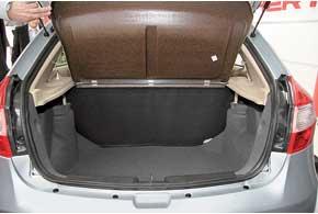 Китайцы, как и украинцы, очень практичные люди, поэтому багажники сделали весьма вместительными: ухэтчбека – 450 л, у седана – 500 л.