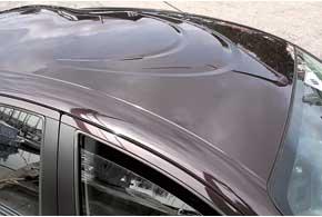 Панорамное стекло привлекательнее, но и выштамповки-«бумеранги» вглухой крыше – не прихоть безумного дизайнера. Они призваны улучшить аэродинамику и снизить вес панели.