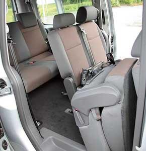 У Caddy Maxi длина кузова на 47 см больше, поэтому салон может быть оснащен тремя рядами сидений. Галерка вполне удобна, ипроцесс посадки не вызывает затруднений.
