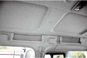 Практичная машина предлагает ниши икарманы не только внизу, но и по периметру потолка.