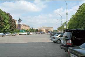 Площадь Свободы – центральная вХарькове. Она является шестой по величине вЕвропе и двенадцатой – в мире. Площадь– 11,9 гектара.