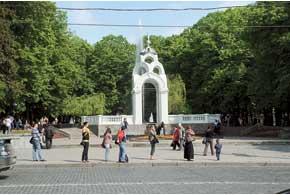 Фонтан «Зеркальная струя», построенный в 1947 году, является визитной карточкой города.
