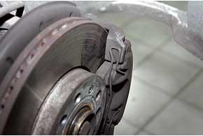 Инспекционный сервис тормозных механизмов показал, что колодки практически новые: износ неболее 5%.