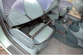 На Megane Scenic первых годов выпуска аккумулятор расположен подпередним пассажирским сиденьем, причем батарея – нестандартного размера, что создает проблемы приеезамене.