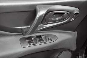 Стеклоподъемники – слабое место Space Star. Эти детали, позаимствованные у Renault 19, часто ломаются. Правда, современные кнопки намного надежнее.