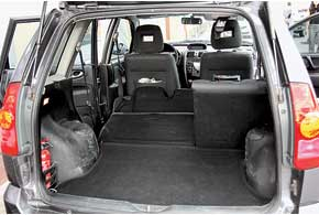 Из-за меньших габаритных размеров испецифической схемы трансформации задних сидений багажник «японца» уступает грузовому отсеку «француза»– 370/1370 л против 410/1800 л соответственно.