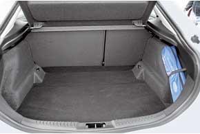 Багажник хэтчбека запросто предложит вам  540 л полезного объема. Мало? Сложите сиденья – иотсек увеличится до1460л. У универсала эти показатели еще лучше.