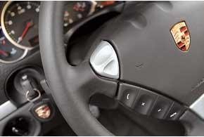 Облезшая краска на кнопках управления «музыкой» на руле – свидетельство постоянного «контакта» с длинными женскими ногтями.
