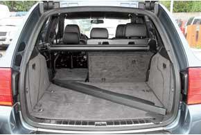 Легкую поклажу можно погрузить, открыв отдельно заднее стекло. По сравнению сконкурентами отсек средний пообъему– 540/1770 л против 465/1550 л у BMW X5 и 551/2050 у Mercedes ML.