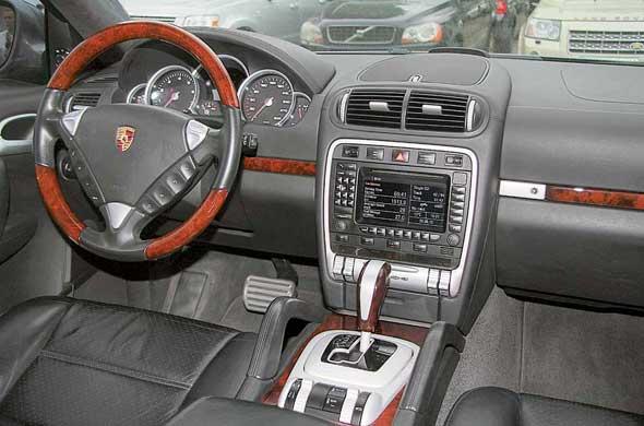 Салон выглядит строго и дорого. О родстве с остальными моделями Porsche напоминают традиционное для марки размещение замка зажигания (слева от руля) и компоновка щитка приборов сполукольцами указателей.