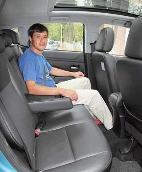 Передние кресла в версии Ultimate с кожаной обивкой, прошитой светлыми нитками, выглядят неплохо. При росте 177 см сзади просторно, много места над головой и для ног.