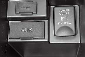 В боксе центрального подлокотника – разъемы AUX, USB, а также 12В.