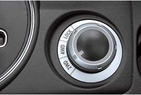 Селектор переключения режимов трансмиссии аналогичен Outlander XL. Вмоноприводных версиях на его месте– подстаканник.