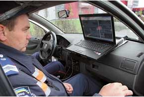 Инспекторы ГАИ внимательно следят за картинкой на ноутбуке– как только  «Арена» зафиксирует нарушителя, данный файл сразу же отображается на экране.