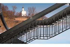 На легендарный Монастырский остров ведет пешеходный мост снабережной.