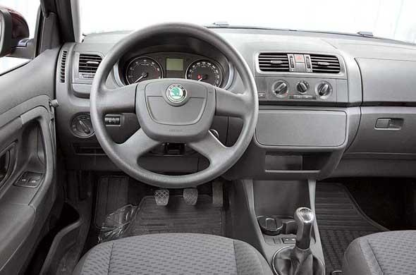 В салоне новые руль, рычаг переключения КП, блок вентиляции ищиток приборов. Кроме того, теперь нет серебристых вставок на дверных ручках и воздуховодах.