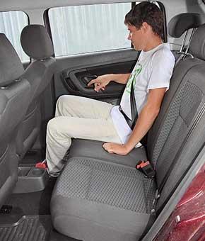 На заднем сиденье пассажирам среднего роста так же просторно.