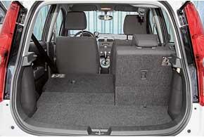 Объем багажника небольшой – 178л. Однако его легко увеличить до 1050 л, сложив задний ряд сидений.