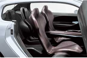 Задние индивидуальные кресла перемещаются на салазках, аих форма при необходимости позволяет объединять эти сиденья спередними. При этом объем багажника увеличивается до 734 л.