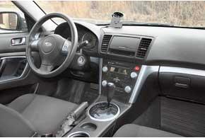За рулем ощущается динамичный темперамент модели– посадка низкая, сиденья с развитой боковой поддержкой, удобный трехспицевый руль и слегка развернутая к водителю центральная консоль.