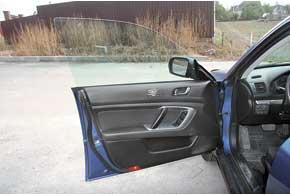 «Фишка» многих предыдущих моделей Subaru – двери без оконных рамок. Негативная сторона – со временем в направляющих стекла царапаются, на них остаются следы.