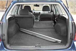 «Походный» размер багажника средний посравнению с конкурентами, зато со сложенными задними сиденьями – наибольший: 460/1650 л против 455/1590 л – у Audi Allroad и 485/1641 л – у Volvo XC70.
