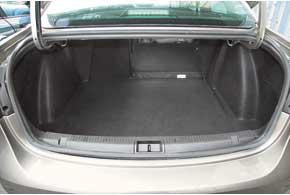 Большой багажник с приемлемой погрузочной высотой (74см) для семейного авто– точто надо.