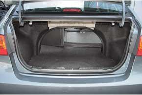 Багажник небольшой из-за полноразмерной запаски, зато самый низкий погрузочный порог (72 см). Спинки сидений складываются только избагажника.