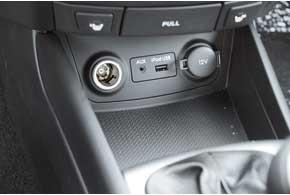 В базовой версии Hyundai Elantra идет лишь с аудиоподготовкой. Машина с MP3- проигрывателем и разъемом USB в «третьей по счету»  комплектации. Но даже такая версия стоит менее 150000 грн. Это главный козырь машины.