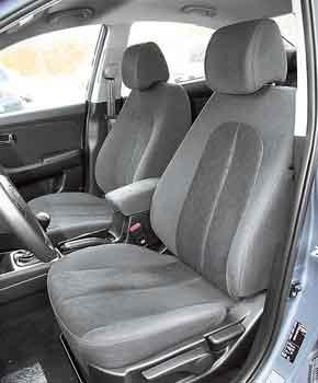 Широкие и плоские сиденья не обеспечивают достаточной боковой поддержки.