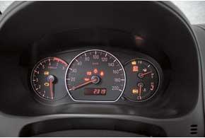 Простая по дизайну и с крупной оцифровкой панель хорошо читается. Дополнительная информация (температура за бортом, время, показания маршрутного компьютера) выводятся на инфодисплей вверхней части центральной консоли.