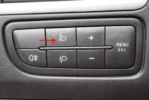Изменять яркость подсветки комбинации приборов и листать данные маршрутного компьютера можно крупными кнопками, расположенными слева от рулевой колонки. Здесь же непривычные, но удобные кнопки  корректора фар.