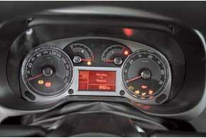 Многофункциональный дисплей в центре комбинации приборов выводит данные онастройках аудиосистемы, показания бортового компьютера, одометра и даже индикатора давления турбонаддува. Салон удобен благодаря изобилию ниш и карманов.