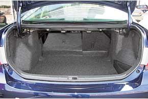 Объем багажника Corolla – один из самых скромных. Хотя он довольно удобен. Есть карманы в боковых углублениях.Погрузочная высота (75 см) немаленькая.