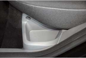 В салоне Ford Focus не так много отделений для мелких вещей. Зато встречаются они в самых неожиданных местах– например, возле основания подушки заднего сиденья. Здесь хорошо поместится мобильный телефон.