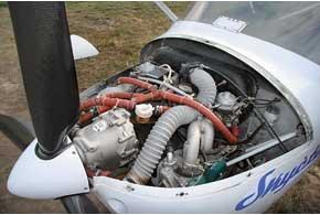 Мотор имеетсмешанное (воздушно-водяное) охлаждение. Два карбюратора не обеспечат питание мотора во время фигур высшего пилотажа.