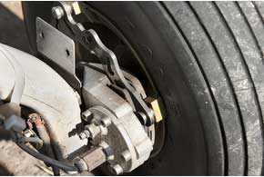 Шасси – с дисковыми гидравлическими тормозами. Форматормозных дисков непривычна дляавтомобилиста.