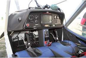 Ручкой управления самолетом руководим элеронами накрыльях, создавая крен, апедалями поворачиваем хвостовой руль направления. Можно воспользоваться только им, но тогда поворот получится в скольжении. Так что и в воздухе можно дрифтовать. Сиденья не регулируются, но педали можно подогнать под свой рост.