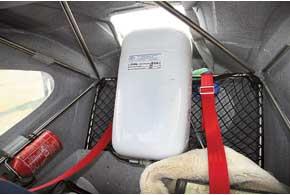 Багажник объемом 360 л и грузоподъемностью до 40 кг для этого класса великолепен. Но как попало вещи не побросаешь. Надо рассчитать, что куда положить, чтобы не нарушить центровку самолета. Парашютная система опускает весь самолет.
