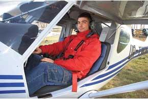 Полулежачая – так называемая планерная посадка позволяет безусталости проводить в кабине несколько часов.
