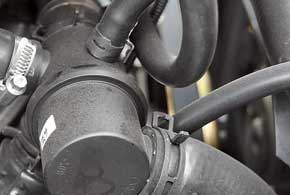 Течам системы охлаждения будут препятствовать пружинные хомуты шлангов.