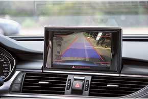 На экран мультимедийной системы выводится различная информация, в том числе от камеры заднего вида.
