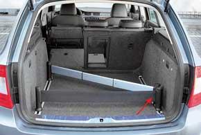 В качестве стандартного оборудования огромный багажник Superb Combi оснащен органайзером.
