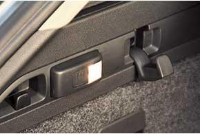 Подсветка багажника слева – на самом деле аккумуляторный съемный фонарик.