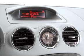 На стильном хронометре есть минутная шкала. Но в такой машине уместнее было бы разместить секундомер с отдельной кнопкой его включения.