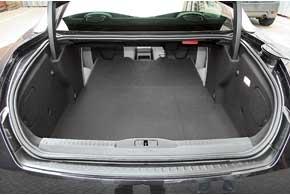 И кто сказал, что купе – непрактичный автомобиль? Багажник RCZ даже больше, чем у обычного хэтчбека Peugeot 308. Спинку легко сложить, потянув за  рычаг.