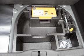 «Запаски» нет. Под полом багажника – ремкомплект, способный спасти отнебольших проколов, и ниши для мелких вещей: можно спрятать тряпочки, перчатки и т. п.